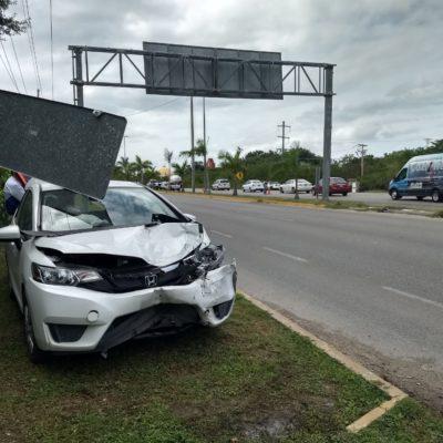 Un herido y cuantiosos daños materiales fueron resultado de choque entre taxista y coche particular, en la carretera Tulum-Playa