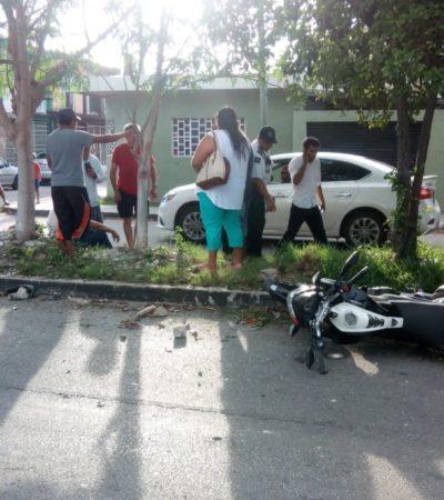 Por descuido, taxista golpea a motociclista en Chetumal