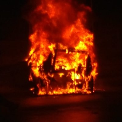 Estudiante de 22 años en auto de lujo provoca espectacular accidente e incendio de unidades en alcoholímetro de Cancún