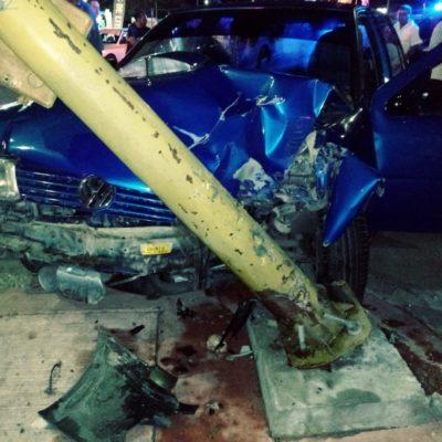 Conductor de Chetumal se 'vuelve loco' y derriba semáforo