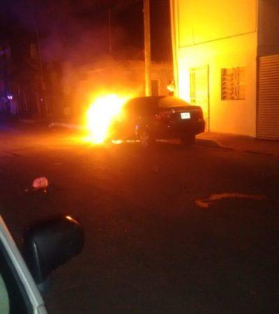 ¿REGRESAN LOS QUEMA CARROS?: A propósito incendian un auto durante la madrugada en Chetumal