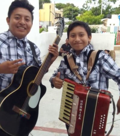 """""""LA NECESIDAD NOS OBLIGÓ A LUCHAR PARA GANAR LA VIDA"""": En Cancún, los 'Hermanos Quintana' buscan salir adelante cantando en camiones y eventos"""