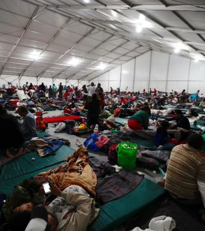 FOTOS | Desbordan migrantes cupo de albergue en la CDMX
