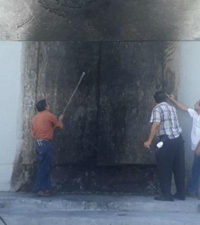 Reclaman normalistas plazas docentes y vandalizan el palacio de gobierno en Chiapas