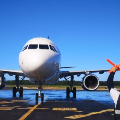 Inaugura Volaris vuelo CDMX-Cozumel; Alcalde da la bienvenida
