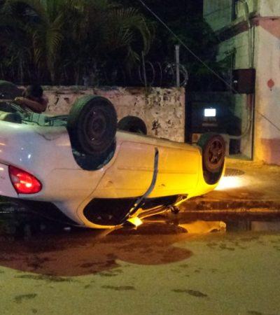 Queda automóvil llantas arriba en Chetumal