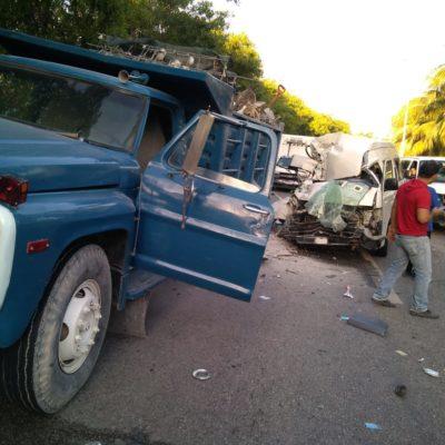 TRAGEDIA AL FINAL DE LA ZONA HOTELERA: Un peruano muerto y varios lesionados al chocar camioneta de transporte turístico contra un volquete en Cancún