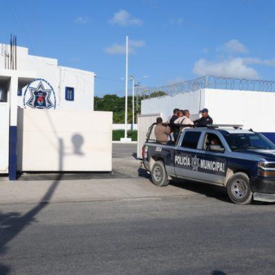 CONTINÚA PARO PARCIAL DE POLICÍAS EN CANCÚN: Regresan a trabajar algunos agentes, pero les mantienen bloqueadas las comunicaciones; insisten en destitución de Pérez Abarca