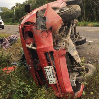 Aparatoso accidente en la vía FCP-Tulum, pero los viajeros salieron ilesos