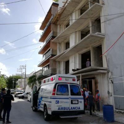 Albañil queda fracturado, tras caerle una viga en una obra en Playa del Carmen