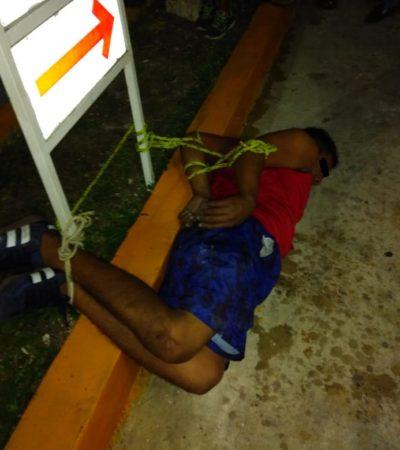 Amarran a presunto maleante a un cartel en una plaza comercial de Cancún