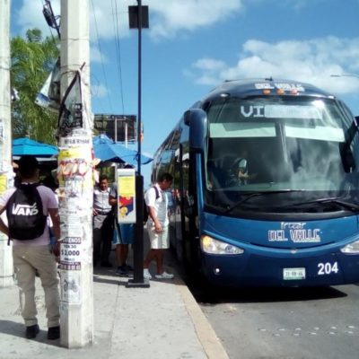 Filas de autobuses de personal, acaparan espacios viales en Cancún