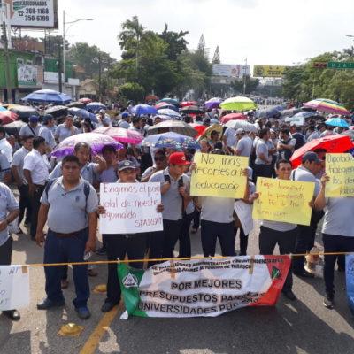 CUMPLEN ADVERTENCIA: Bloquean burócratas calles y accesos de Villahermosa en exigencia de pagos