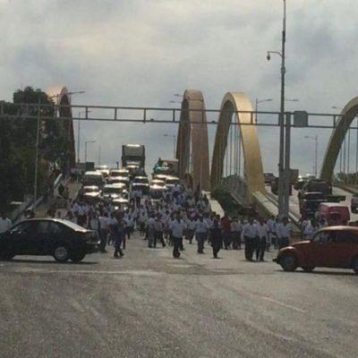 Toman maestros las casetas y cortan entradas y salidas de Villahermosa en exigencia de aguinaldos