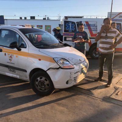 ACCIDENTE EN LA AVENIDA MAXUXAC: Motociclista se fractura el brazo en choque contra taxi en Chetumal