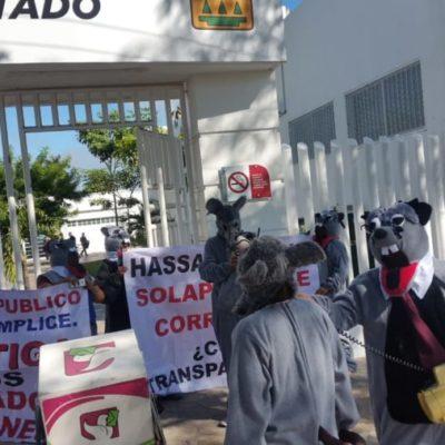 Activistas vestidos de ratas se manifiestan frente a la Fiscalía por la nulos avances en el combate a la corrupción en QR