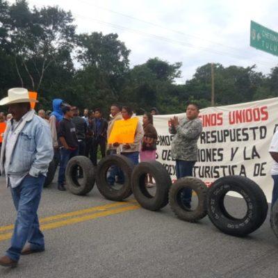 Campesinos exponen sus necesidades en bloqueo carretero