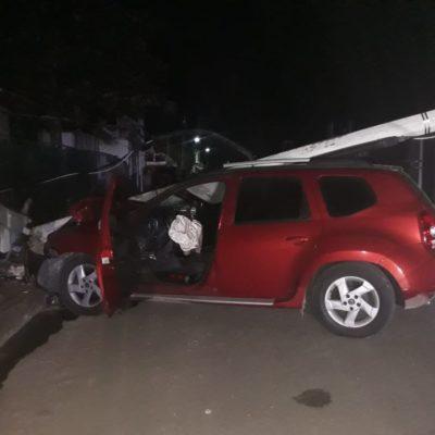 Incrusta joven su auto contra un poste de la CFE en Chetumal