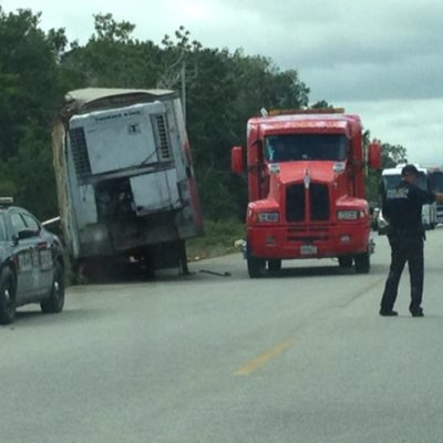 RAPIÑA EN LA CARRETERA: Tráiler se vuelca y saquean su cargamento en Carrillo Puerto