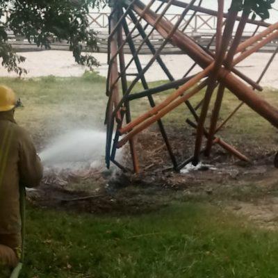 Pirómanos queman palapa en bulevar Bahía