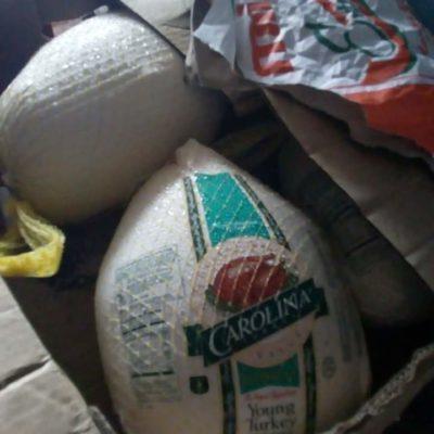 Tras rapiña por volcadura de trailer con pavos, habitantes de José María Morelos aprovechan para venderlos en línea
