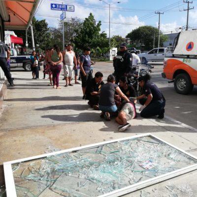 Se cae puerta de vidrio de taquería y golpea a mujer en la colonia Colosio de Playa del Carmen