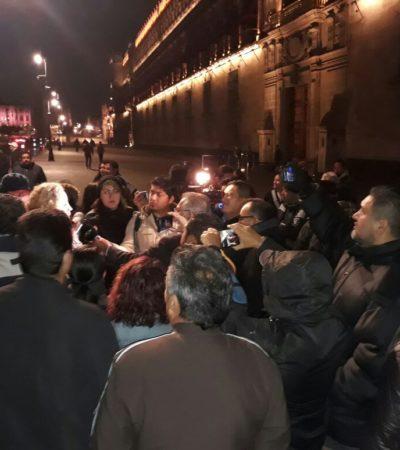 Exigen despedidos del SAT atención de AMLO; realizan nueva protesta en Palacio Nacional