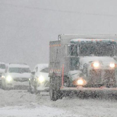 Deja tormenta invernal vuelos cancelados y las carreteras congeladas en EU