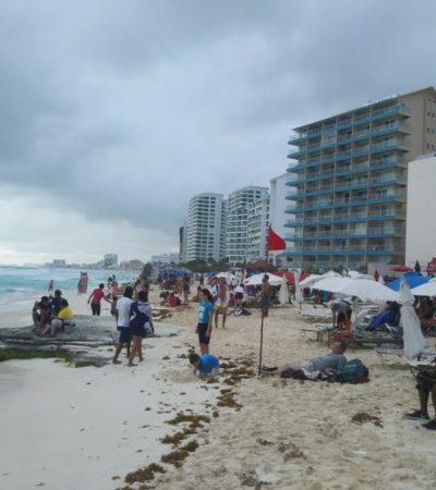 Cientos de bañistas disfrutan sus vacaciones en playas de Cancún