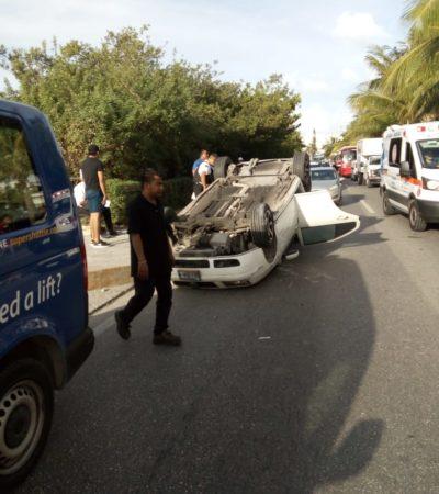 Vuelca coche en la Zona Hotelera de Cancún