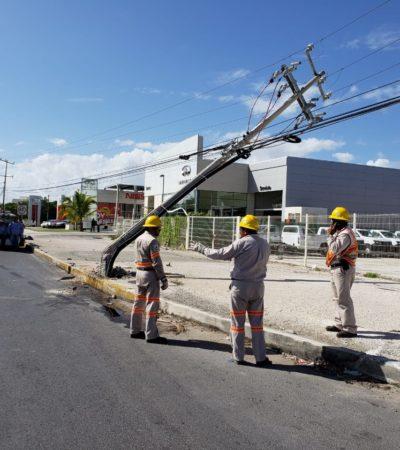 Choque tumba poste y empleados de la CFE tardan nueve horas en iniciar reparaciones en la Bonampak de Cancún