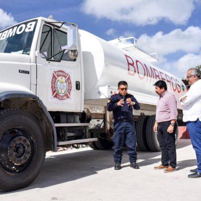 Recibe Víctor Mas vehículo rehabilitado por el empresario Alberto Refugio González para los bomberos de Tulum