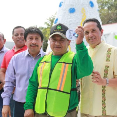 AUMENTA EL PARQUE VEHICULAR DEL AYUNTAMIENTO DE TULUM: El Gobernador Carlos Joaquín González entrega al Alcalde Víctor Mas camiones recolectores de basura, motos, patrullas y camionetas