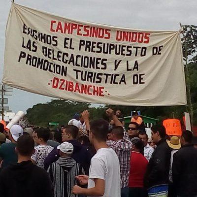 BLOQUEAN CARRETERA AL SUR DE QR: En la víspera de Navidad, campesinos protestan por recortes de programas federales para el agro y el turismo