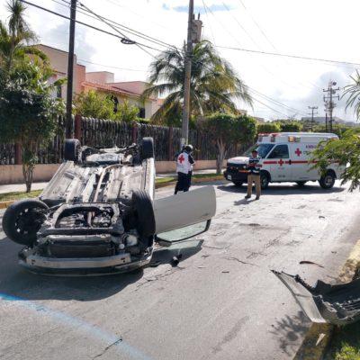 Vuelca vehículo de lujo en la Yaxchilán de Cancún