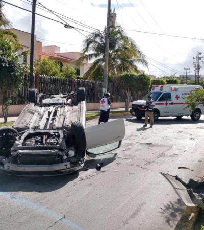 Se vuelca automóvil de lujo en la  prolongación de la avenida Yaxchilán, en la SM 18