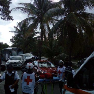 CARAMBOLA EN LA ZONA HOTELERA: Chocan cinco vehículos con saldo preliminar de cuatro heridos y un gran caos vial