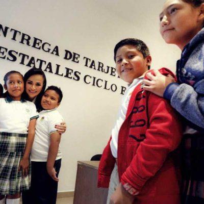 Entregan becas escolares en Puerto Morelos