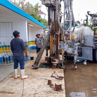 Para evitar encharcamientos e inundaciones, gobierno de Puerto Morelos realiza desazolve de pozos en Leona Vicario