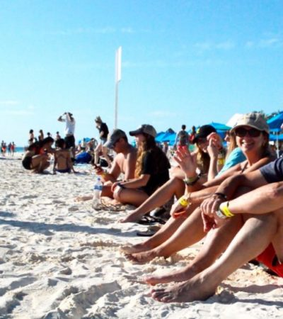Miles de turistas disfrutan las limpias y azules playas de Isla Mujeres