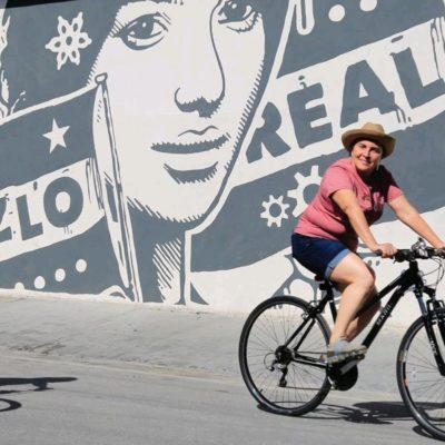 En bicicleta, supervisa Alcaldesa de Solidaridad operatividad del Ayuntamiento en temporada vacional