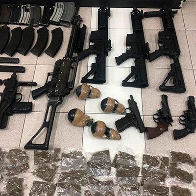 Detienen a célula del CJNG en Veracruz; decomisan arsenal, autos y 'surtido' de drogas