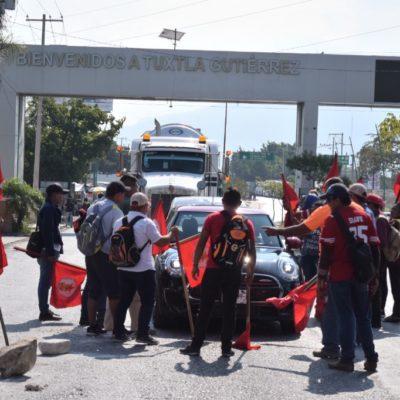 Bloquean campesinos accesos a Tuxtla Gutiérrez en exigencia de atención a demandas añejas