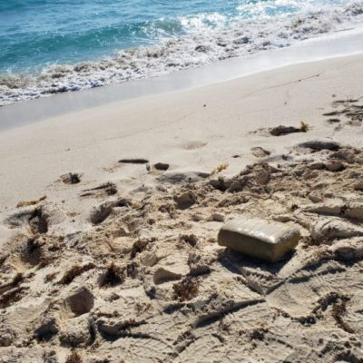 Aseguran paquete con droga en playa Delfines de la Zona Hotelera de Cancún