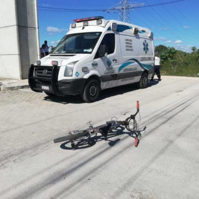 Ciclista resulta lesionado tras meterse en el camino de urvan de pasajeros en Playa del Carmen