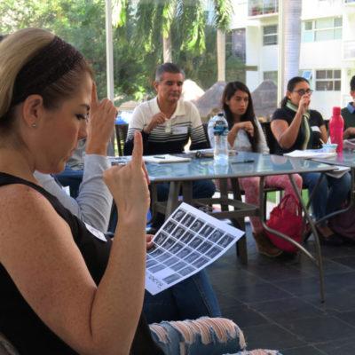 Buscan vencer la exclusión de las personas con sordera con la enseñanza del lenguaje de señas mexicana