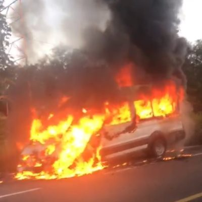 Se incendia van por completo en carretera Felipe Carrillo Puerto-Tulum