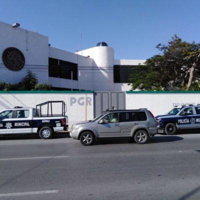 Policía municipal de Solidaridad entrega caja con archivos a la PGR