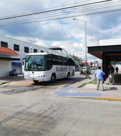 Cae poste sobre autobús de transporte de personal en Playa del Carmen