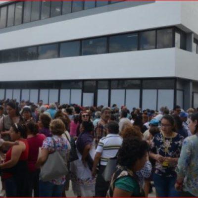 Censan en plena calle a adultos mayores en Yucatán; aguas negras inundaron la oficina de Bienestar